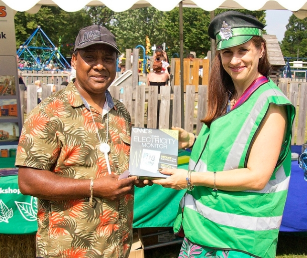 A lucky winner receives an energy monitor from PC Parkinson.